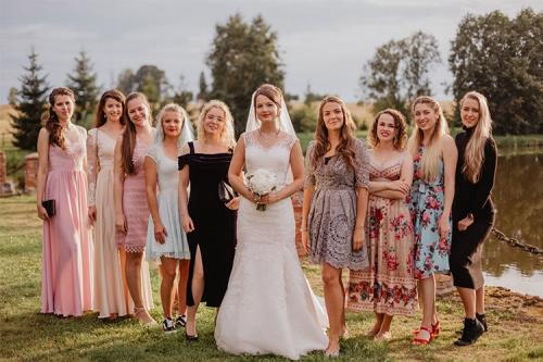 līgava ar draudzenēm