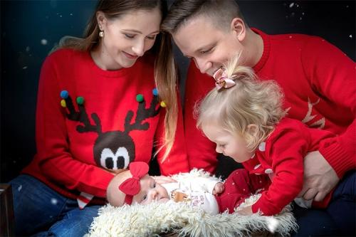 mīļa saimes bilde Ziemassvētku noskaņās