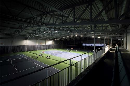 attēls iekštelpu tenisa laukumiem