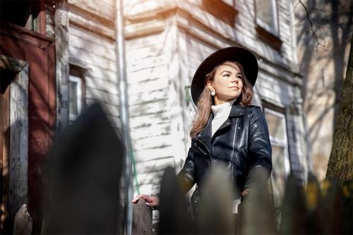 sieviete ādas jakā ar melnu cepuri