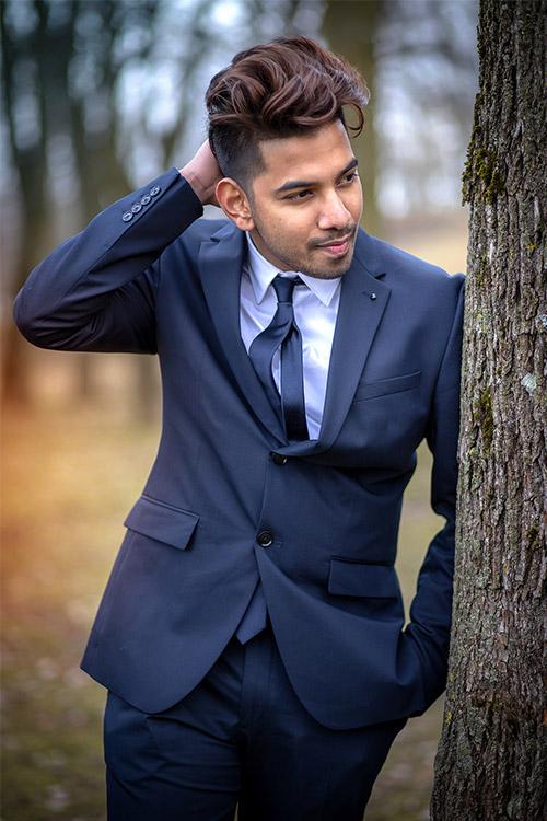 vīrietis uzvalkā ar skatu uz labo sānu