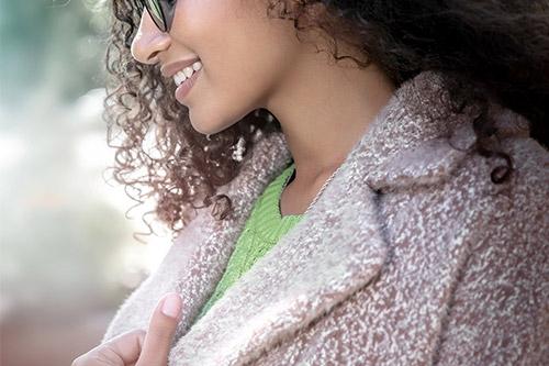 meietene ar viļņainiem matiem un saules brillēm