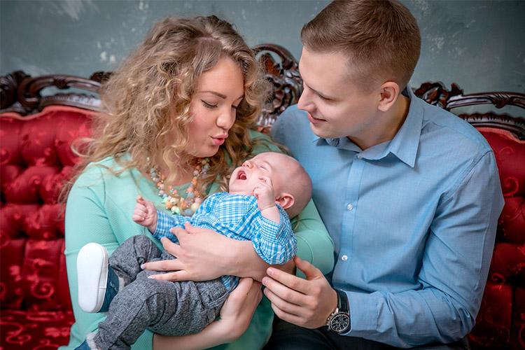 pāru bilde ar mazuli uz sarkana dīvāna
