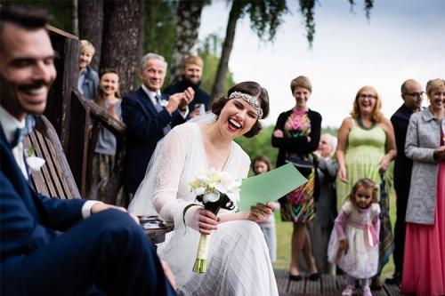līgava plati smejas