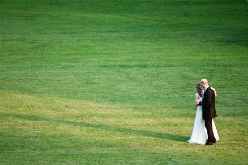 kāzu deja zālienā