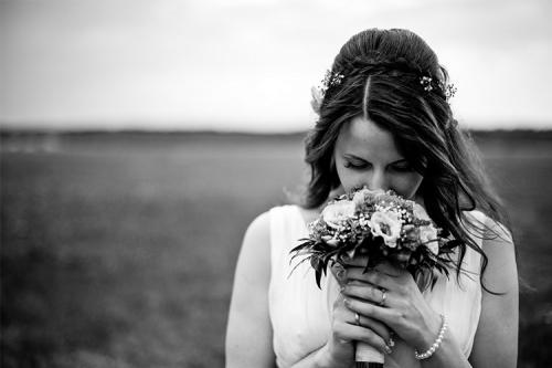 sieviete ar kāzu pušķi