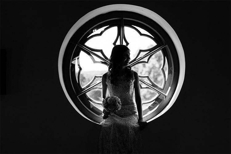 līgava pie apaļas loga rūts