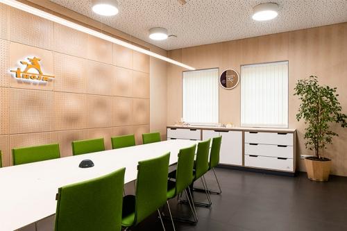 ofisa telpa ar zaļiem krēsliem