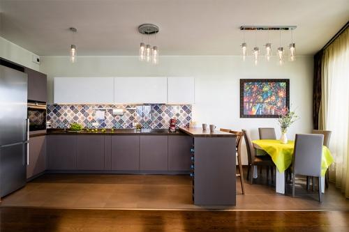 krāsaina virtuves dizaina bilde