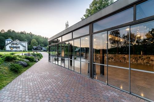 moderna ēka ar lieliem logiem