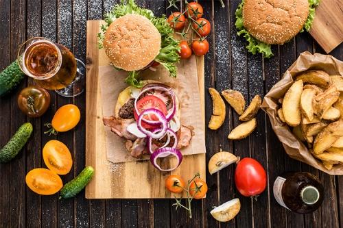 burgeri ar kartupeļu daiviņām un dārzeņiem