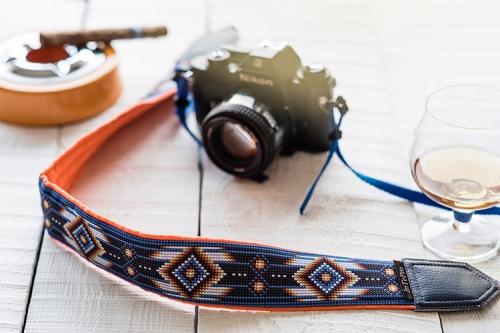 fotokamera ar rakstainu jostiņu