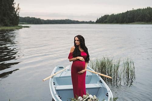 sieviete garā kleitā laivā