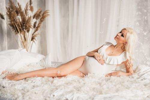 gaiša bilde ar sievieti gaidībās gultā