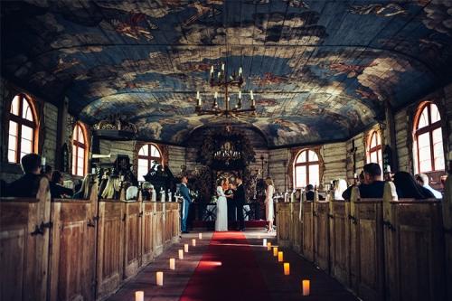 laulību ceremonija mazā, koka baznīcā