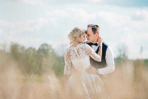 vīrs un sieva pļavā