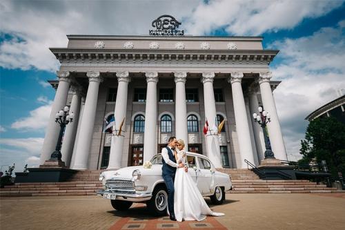 kāzu fotogrāfija pie antīka auto un kultūras nama