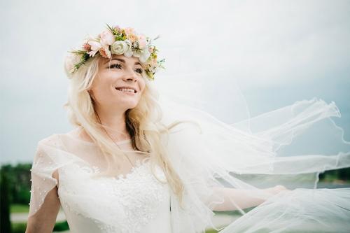 smaidīga līgava ar puķu vainadziņu