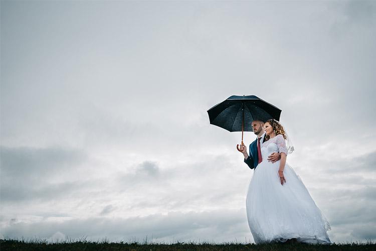 kopā tikko precējušies zem lietussarga