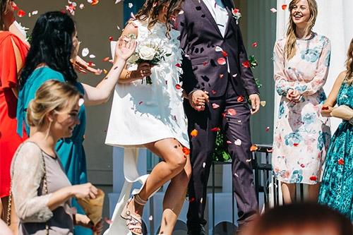 prieka pilna kāzu bilde