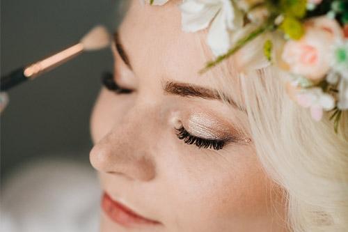 sieviete tiek krāsota kāzu dienai