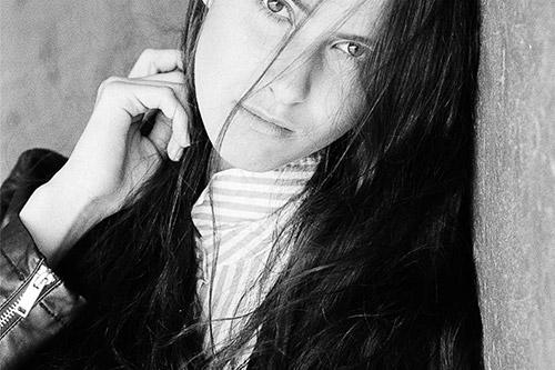 sieviete ādas jakā ar gariem matiem