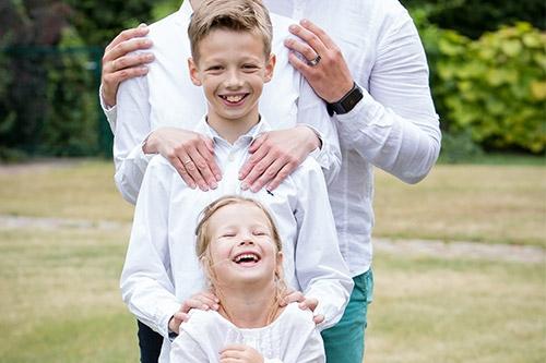 laimīgi kopā baltos kreklos