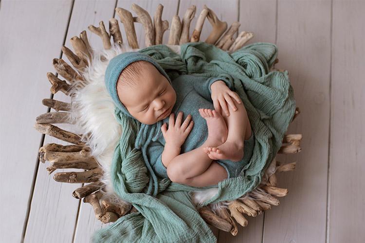 mazulis čuč zaļās drēbītēs