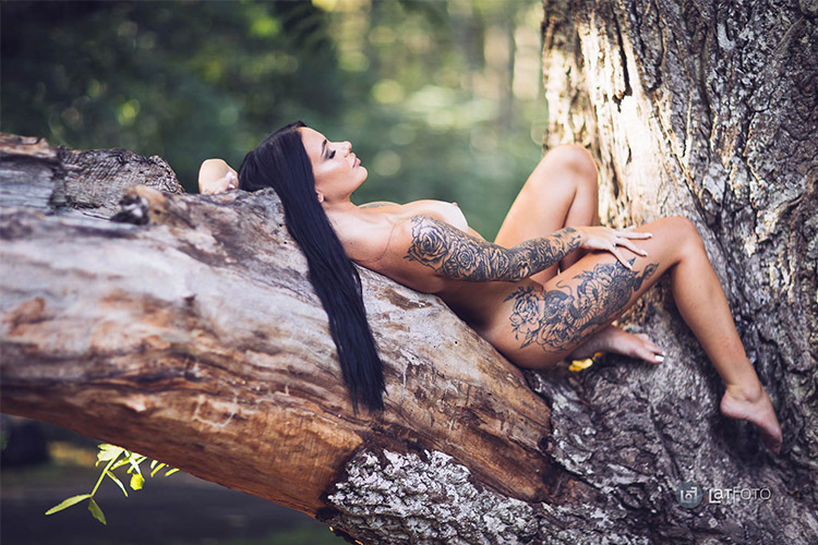 tumšmataina sieviete kaila uz koka