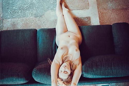 sieviete bez apģērba uz dīvāna