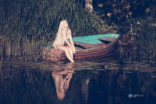 kaila blondīne laivā
