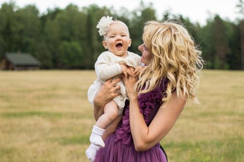 priecīga meitiņa ar mammu