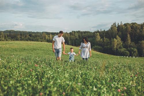 ģimenes pastaiga āboliņu laukā