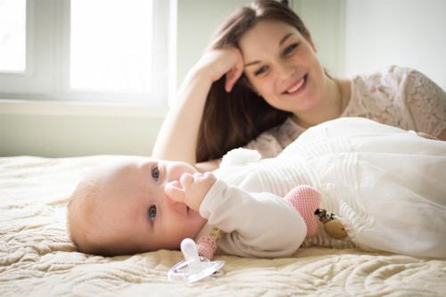 smaidīga meitiņa ar mammu