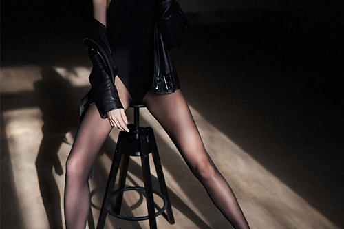 daiļa sieviete melnā ādas jakā