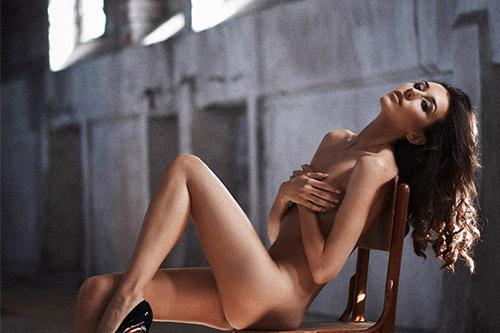 kaila sieviete uz krēsla
