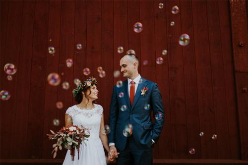 oriģināla kāzu fotosesija ar ziepju burbuļiem