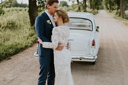 precību bilde uz lauku ceļa ar baltu mašīnu