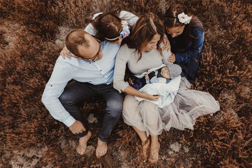 attēls ar ģimeni pie dabas
