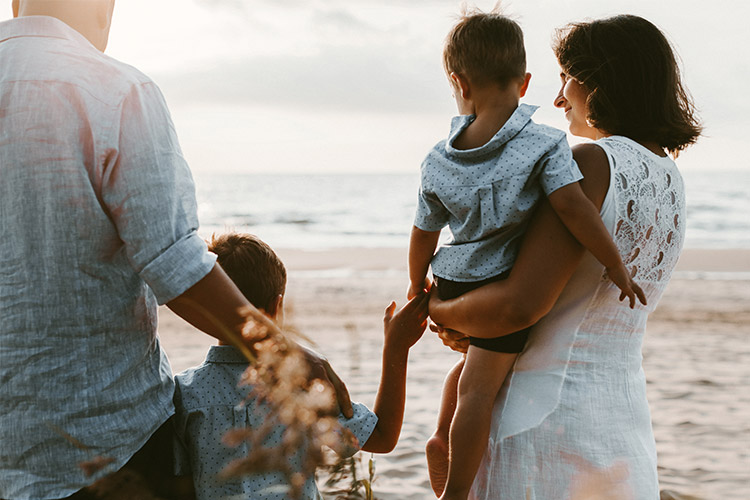 fotosesija pie jūras ar maziem bērniem