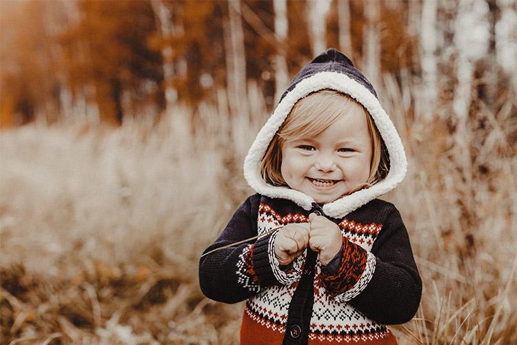 bērniņa bilde rudenī