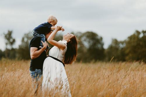 ģimeniska bilde labības laukā