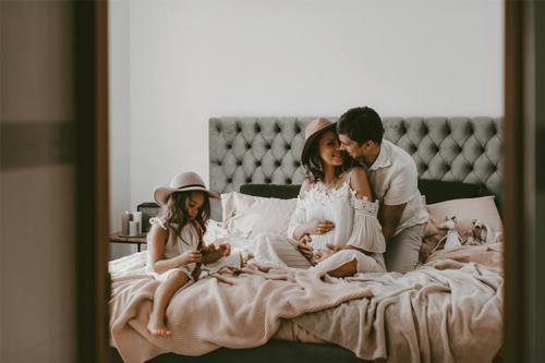 ideja fotosesijai mājās ar ģimeni