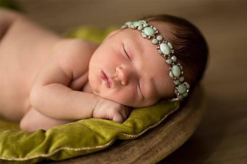 mazulis uz zaļa samta spilventiņa