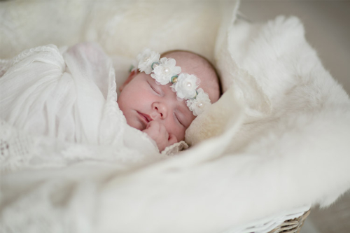 skaista aizmiguša bērniņa attēls