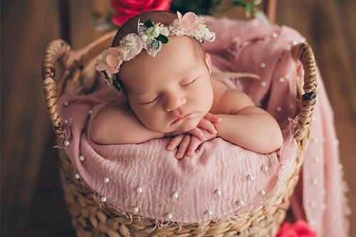 mazulis ar puķu vainadziņu pie rozēm