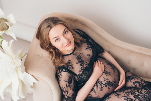 sieviete gaidībās mežģīņu kleitā