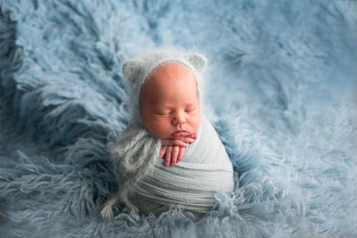 mazulis ar pūkainu cepurīti