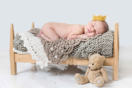 zīdainis speciālā fotosesijas gultiņā