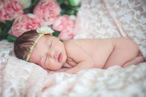 jaundzimusi meitenīte